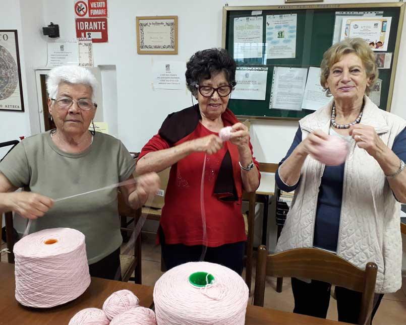 lavoro a maglia solidale di Gomitolo Rosa
