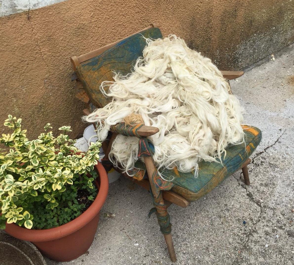 Sedia artistica con lana