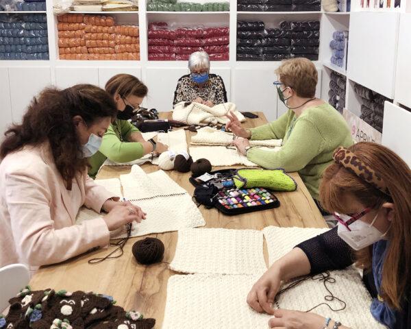 Cucire insieme i quadrotti - Laboratorio Roma